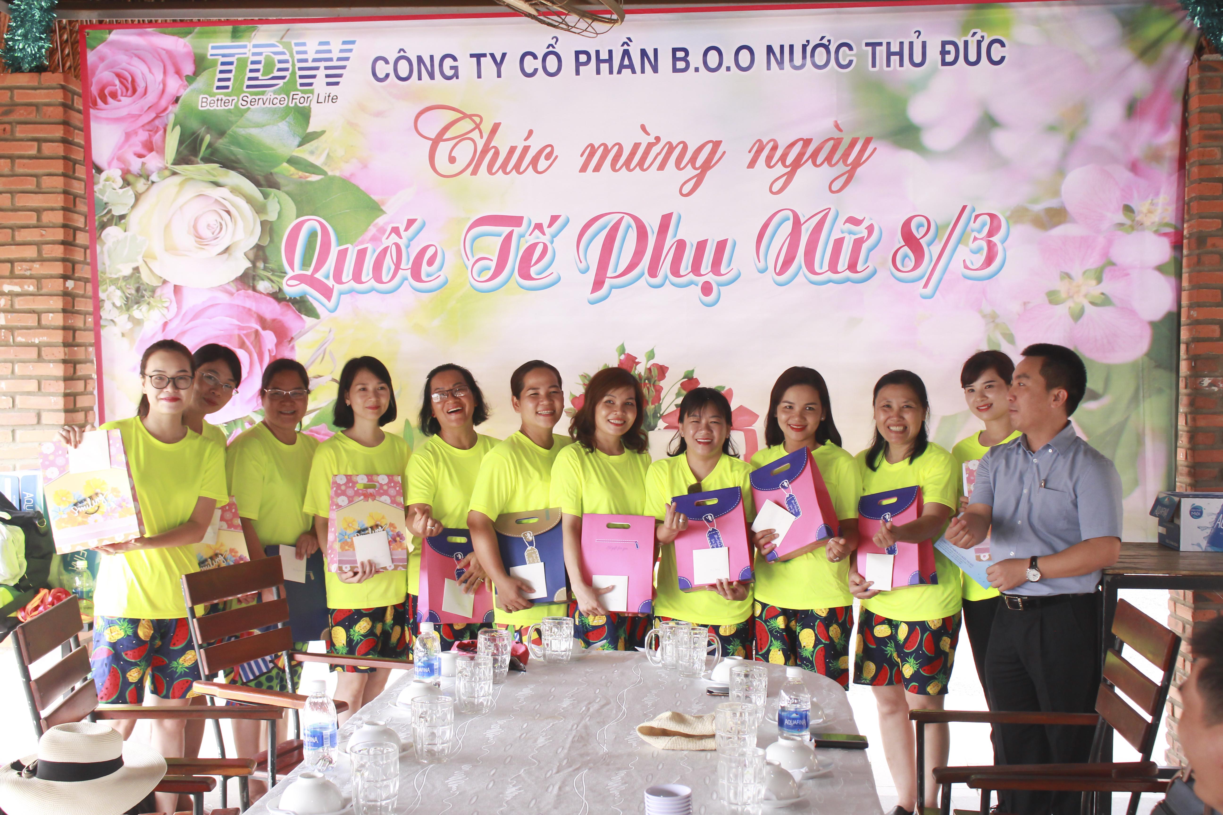 Trao quà cho các chị em phụ nữ nhân ngày 08/03